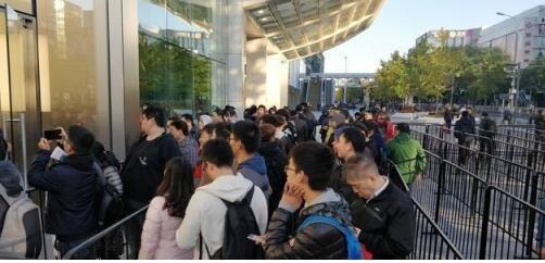 iPhone X正式开售,引领OLED技术潮!